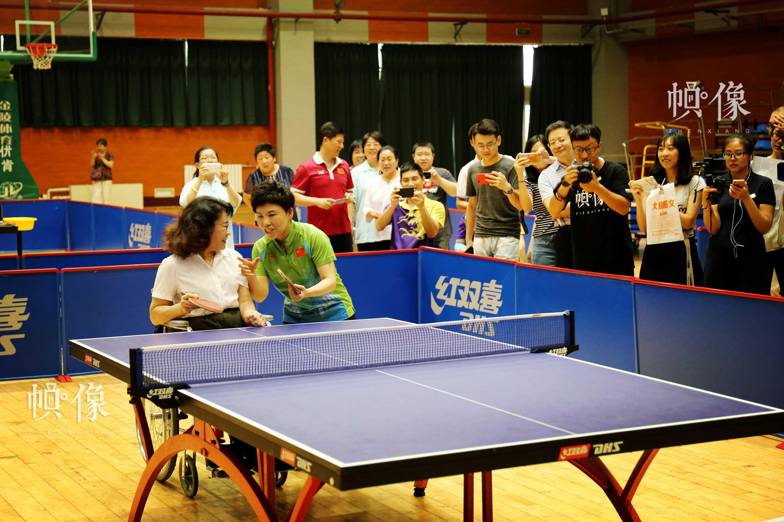 2017年8月10日,第七届残疾人健身周推广日活动在京举行。图为张海迪主席和邓亚萍打乒乓球互动。中国网记者 王梦泽 摄