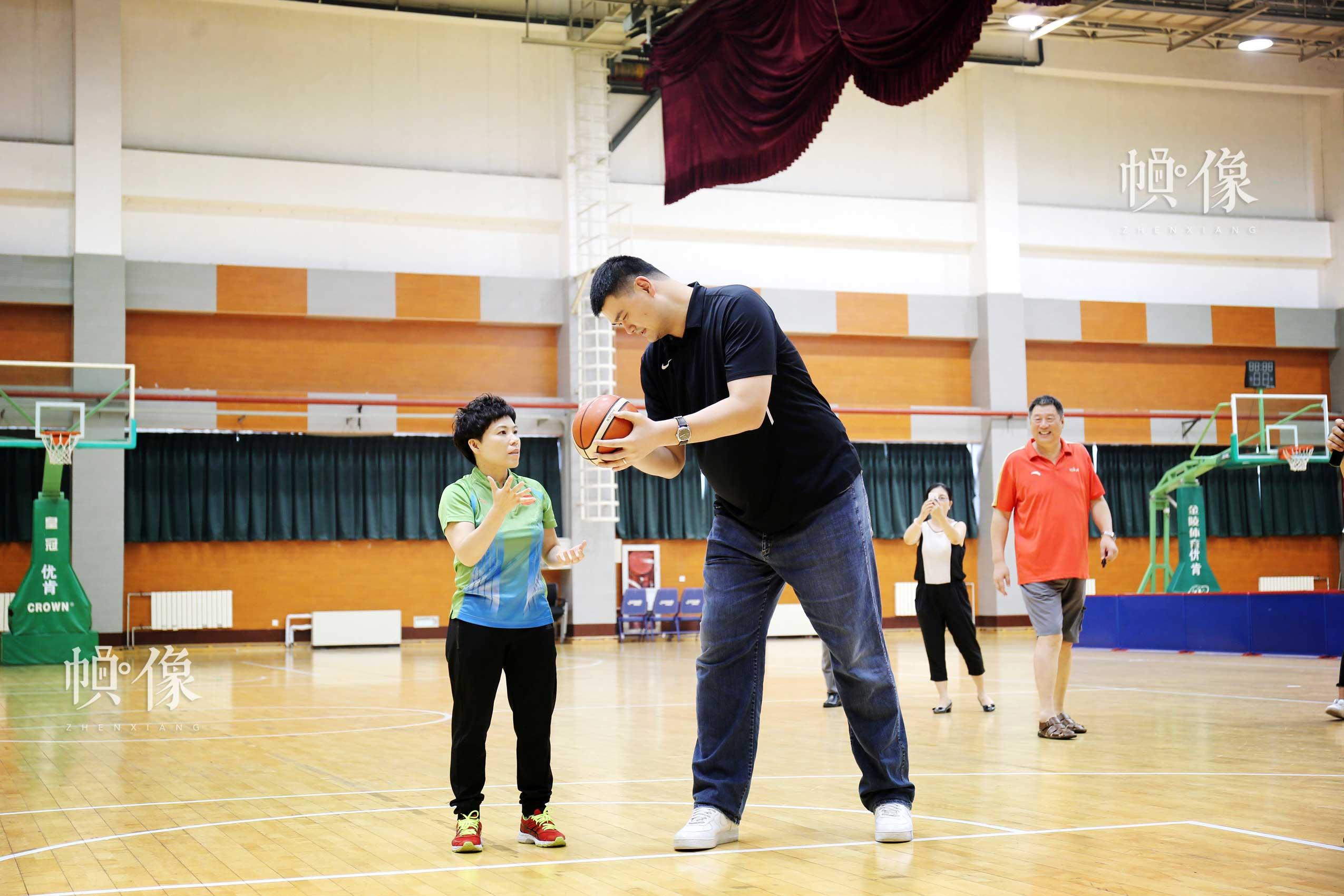 2017年8月10日,第七届残疾人健身周推广日活动在京举行。图为姚明和邓亚萍投篮互动。中国网记者 王梦泽 摄