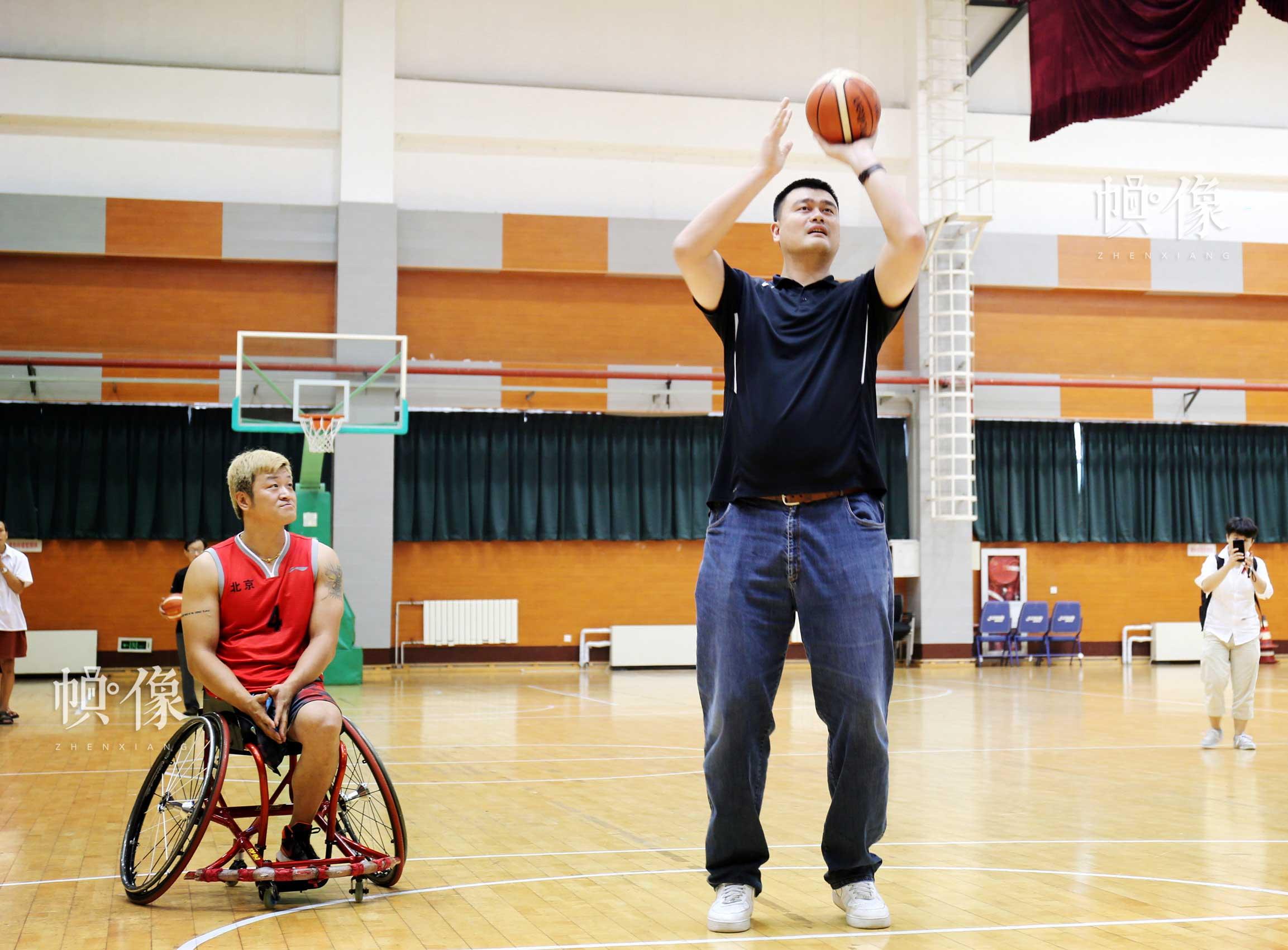 2017年8月10日,第七届残疾人健身周推广日活动在京举行。图为姚明和轮篮运动员进行定点投篮比赛互动。中国网记者 王梦泽 摄