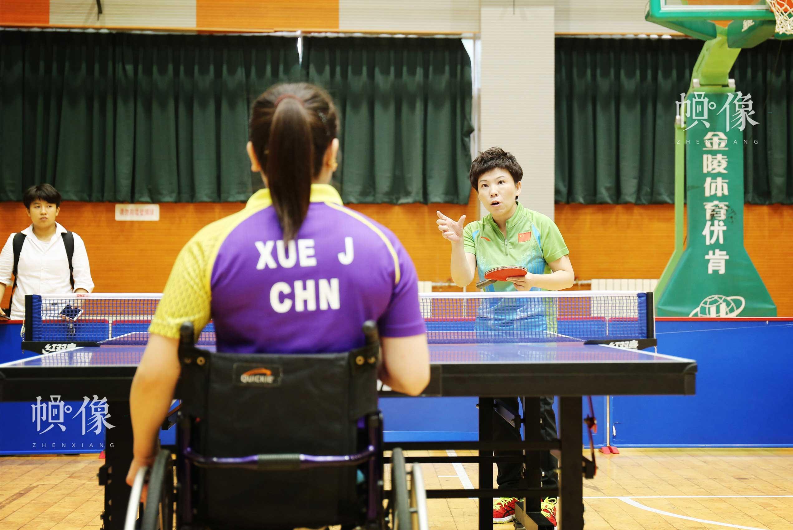 2017年8月10日,第七届残疾人健身周推广日活动在京举行。图为邓亚萍在活动现场指导残疾人女乒选手薛娟打球。中国网记者 王梦泽 摄