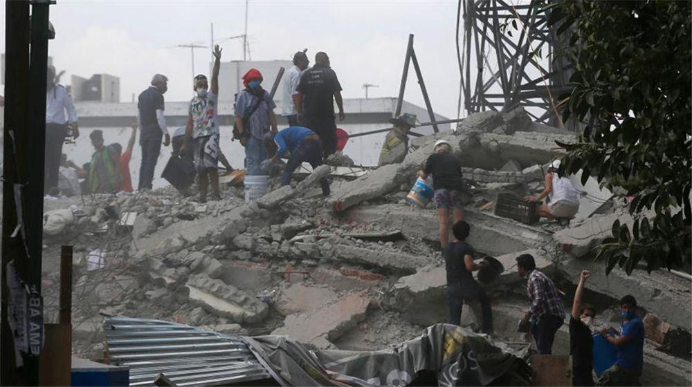 墨西哥7.1级地震 建筑严重损毁民众街道避难