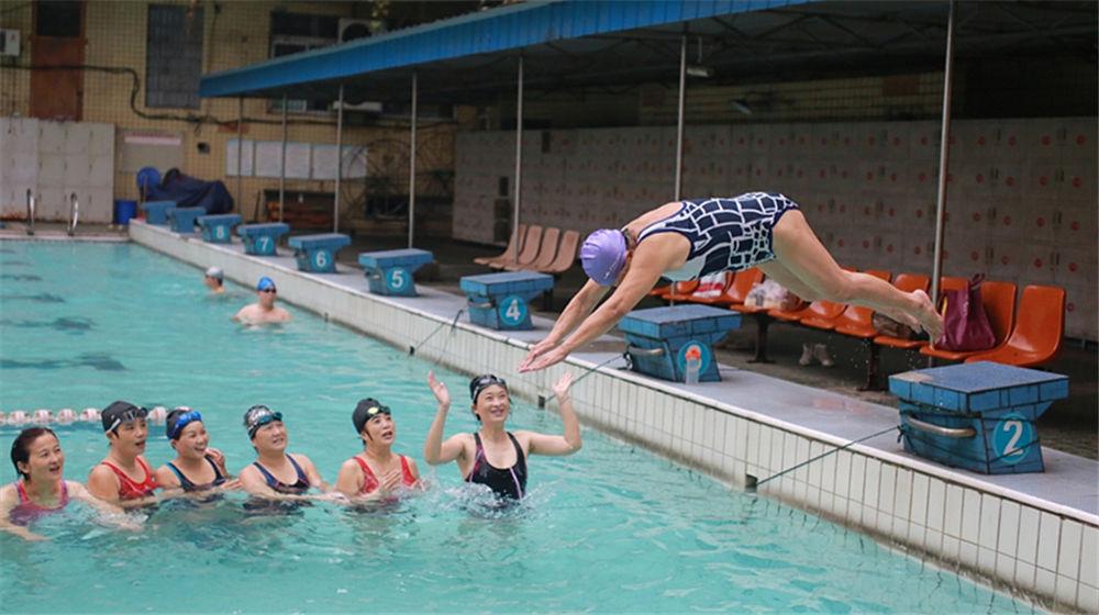 重庆88岁老奶奶坚持游泳28年 希望90岁还能跳水