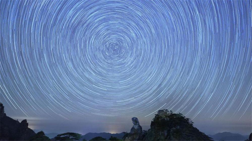 """江西三清山绝美""""星空图"""" 星轨交织如梦如幻"""
