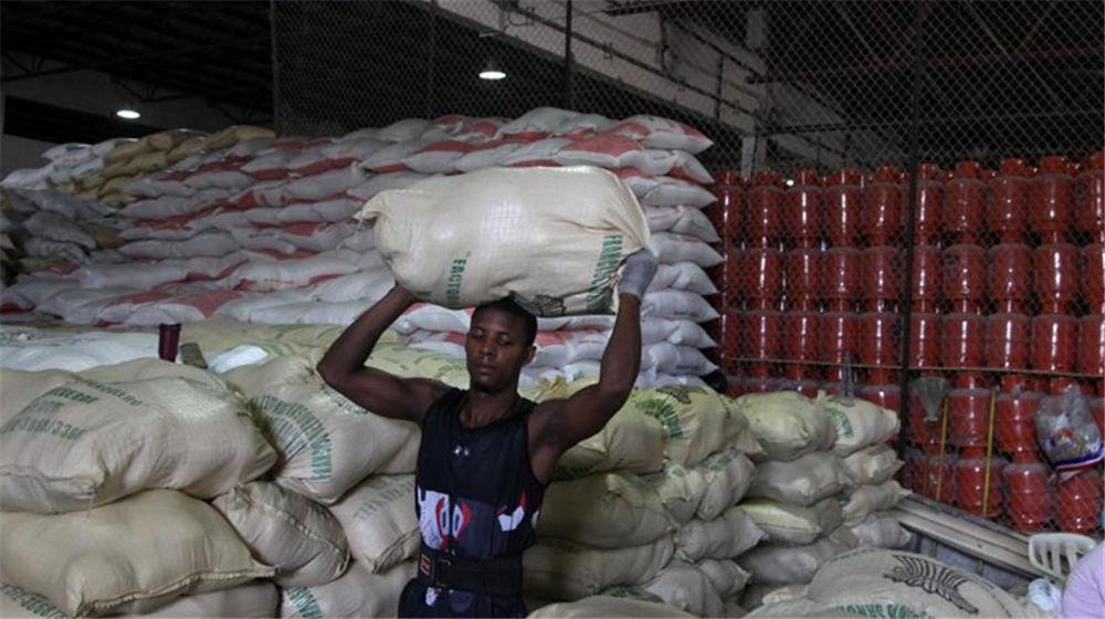 五级飓风登陆加勒比海岛国 民众储粮避难