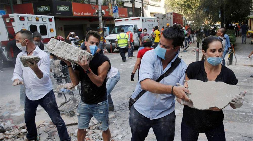 墨西哥强震后首都遍地瓦砾 民众徒手搬石块救人