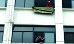 学生欲跳楼 消防员将其推回屋
