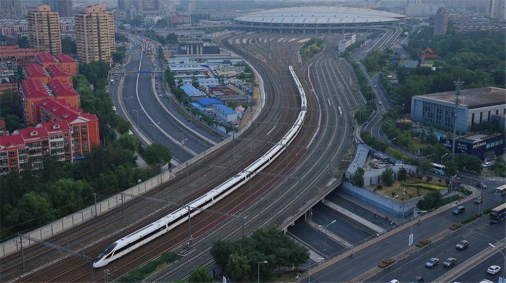 """京沪高铁中国标准动车组""""复兴号""""率先实现350公里时速运营"""