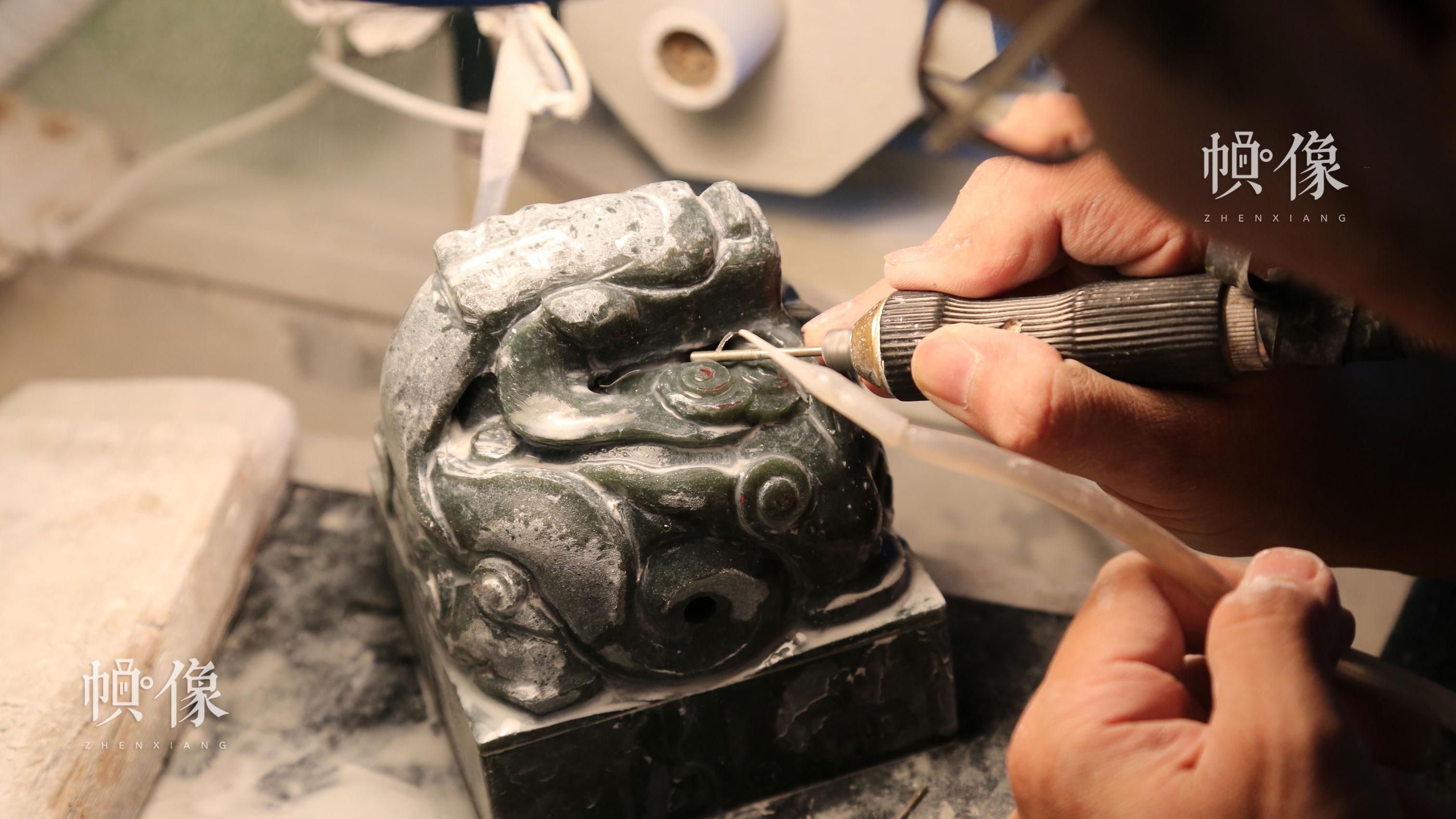 2017年9月5日,北京工美聚艺文化创意园区,玉雕工作者在雕琢玉器。中国网记者 赵超 摄
