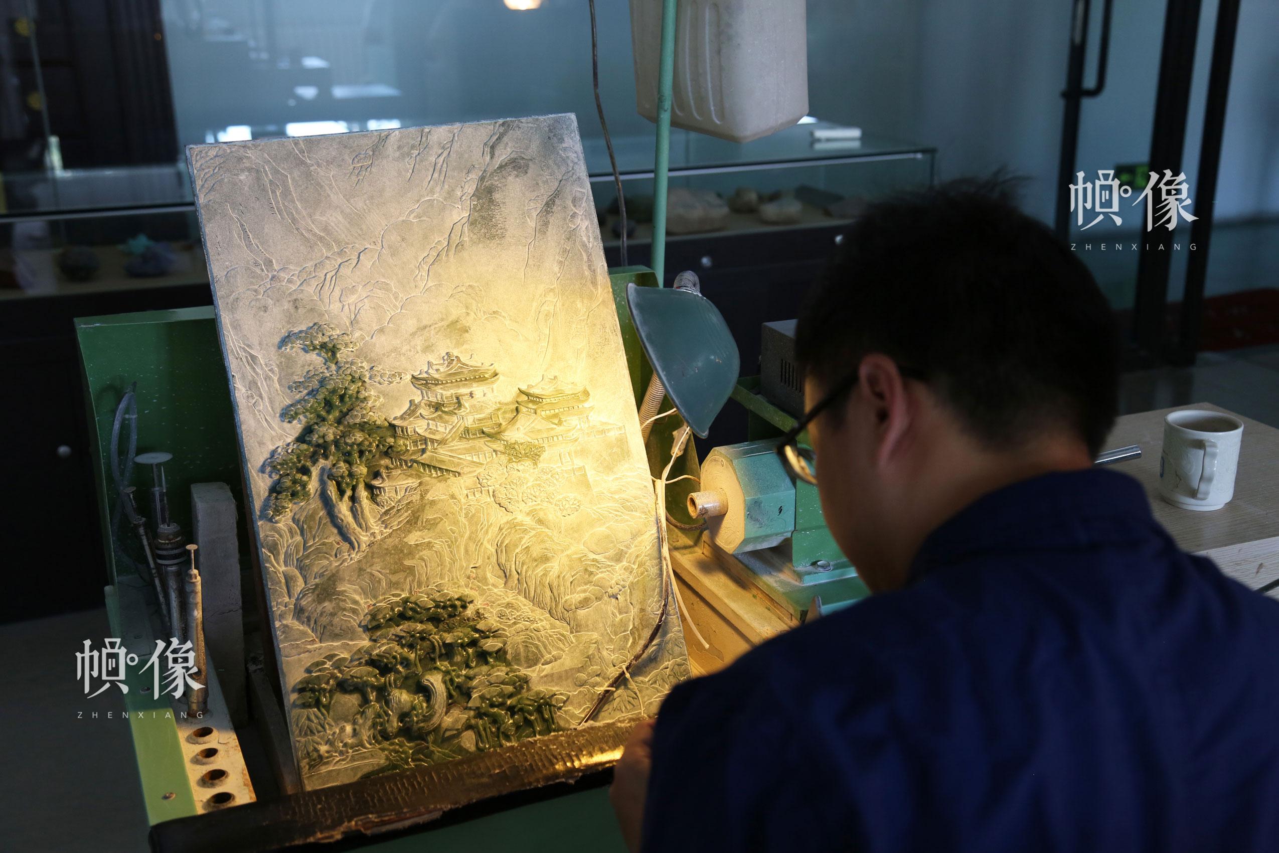 2017年9月5日,北京工美聚艺文化创意园区,玉雕工作者在雕刻玉画。中国网记者 赵超 摄