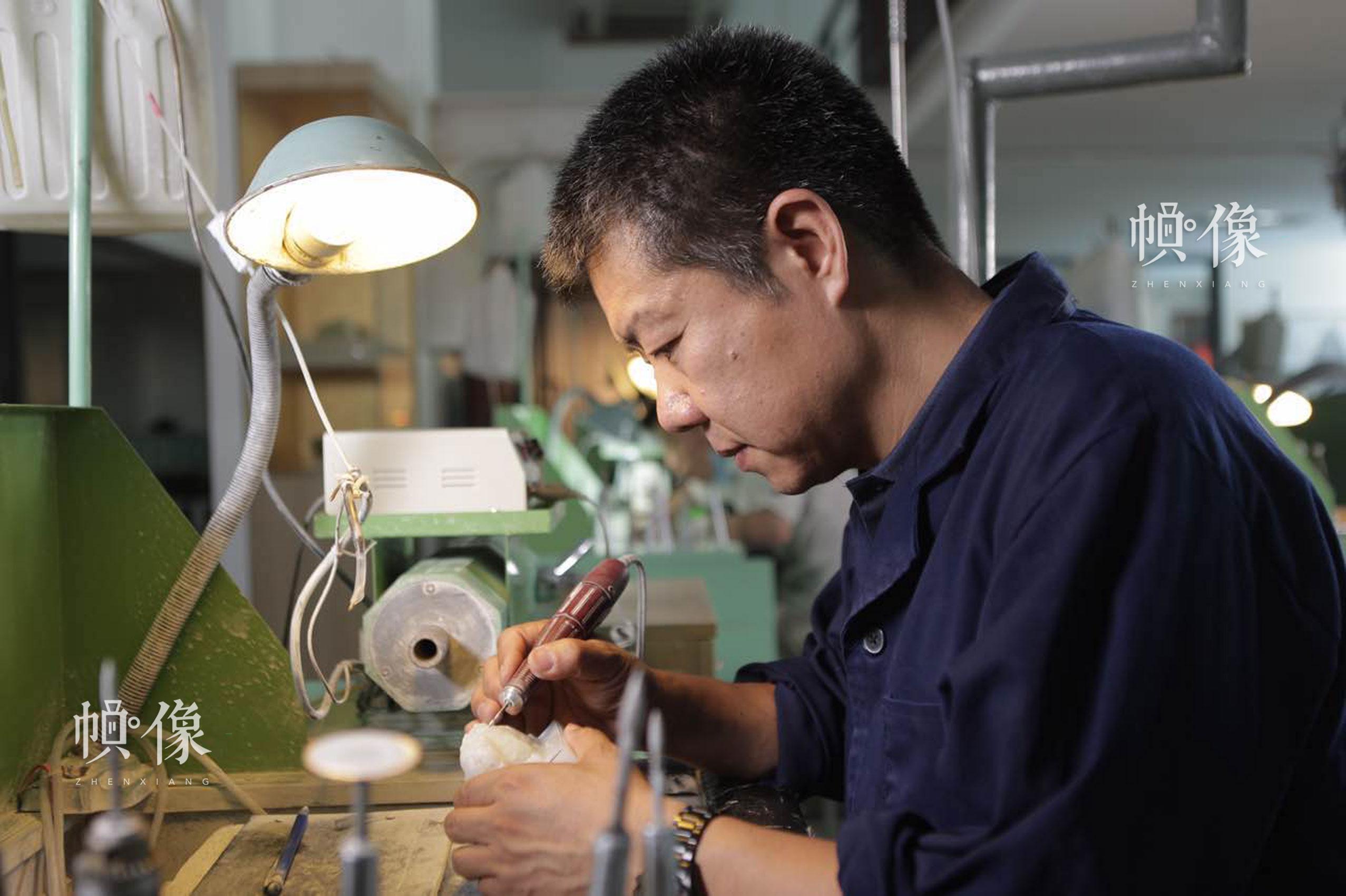 中国玉雕大师张铁成工作照。张铁成大师团队供图。