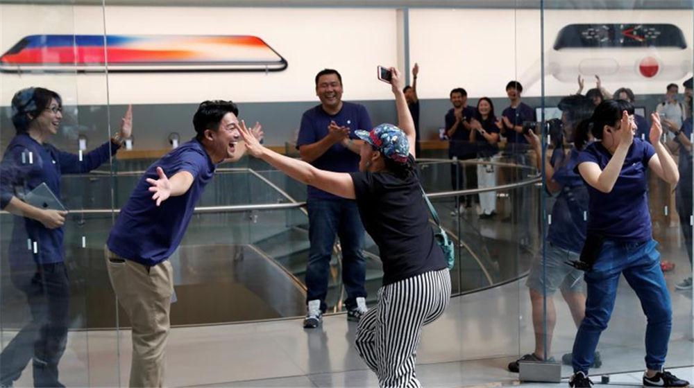 新款iPhone开售 日本果粉排长队购买