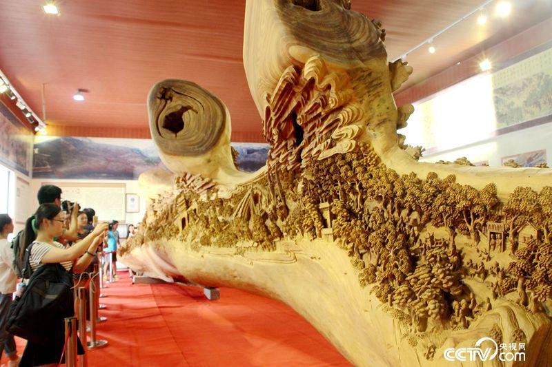 郑春晖创作的木雕作品《清明上河图》