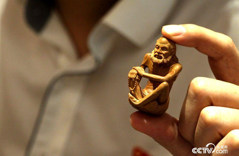 林建军向记者展示自己的微雕作品
