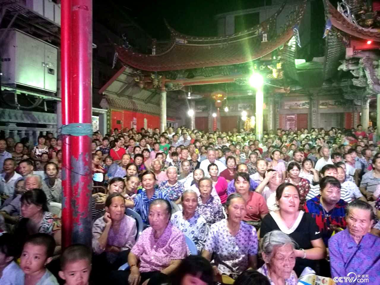 9月22日晚,观看莆仙戏演出的莆田市民。
