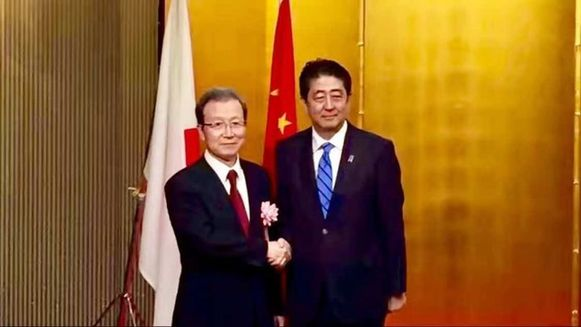中国驻日本大使程永华与安倍首相在会场入口处合影。