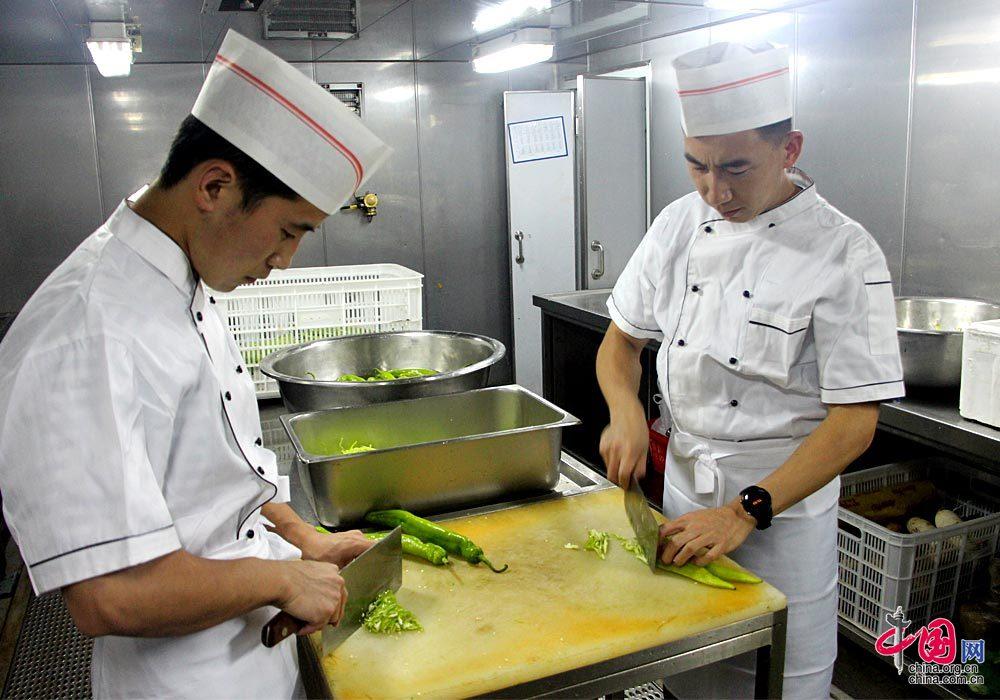 记者带你走进中国海军东平湖舰的海上厨房[组
