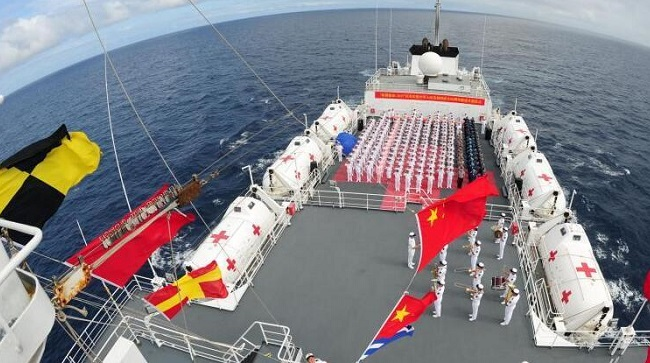 和平方舟举行升旗仪式庆祝祖国68华诞