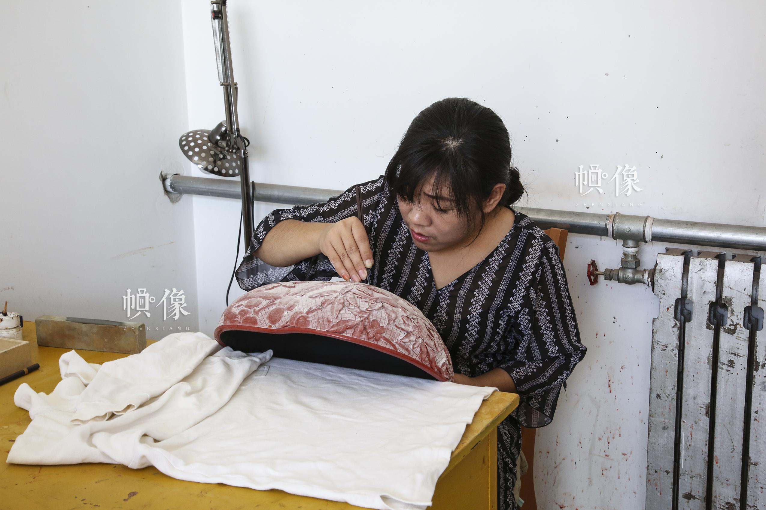 """2017年9月20日,""""明古斋""""雕漆工厂车间,雕漆工作者用木胎制作雕漆。中国网记者 黄富友 摄"""
