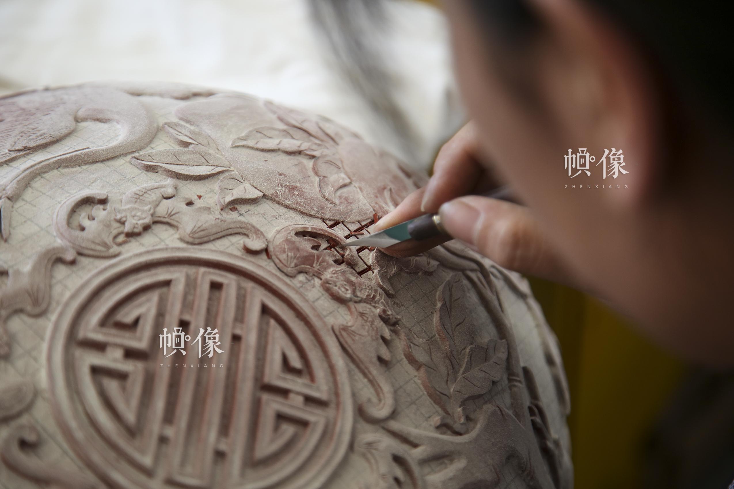 """2017年9月20日,""""明古斋""""雕漆工厂车间,雕漆工作者用工具根据前期画好的图案将废料去掉。中国网记者 黄富友 摄"""