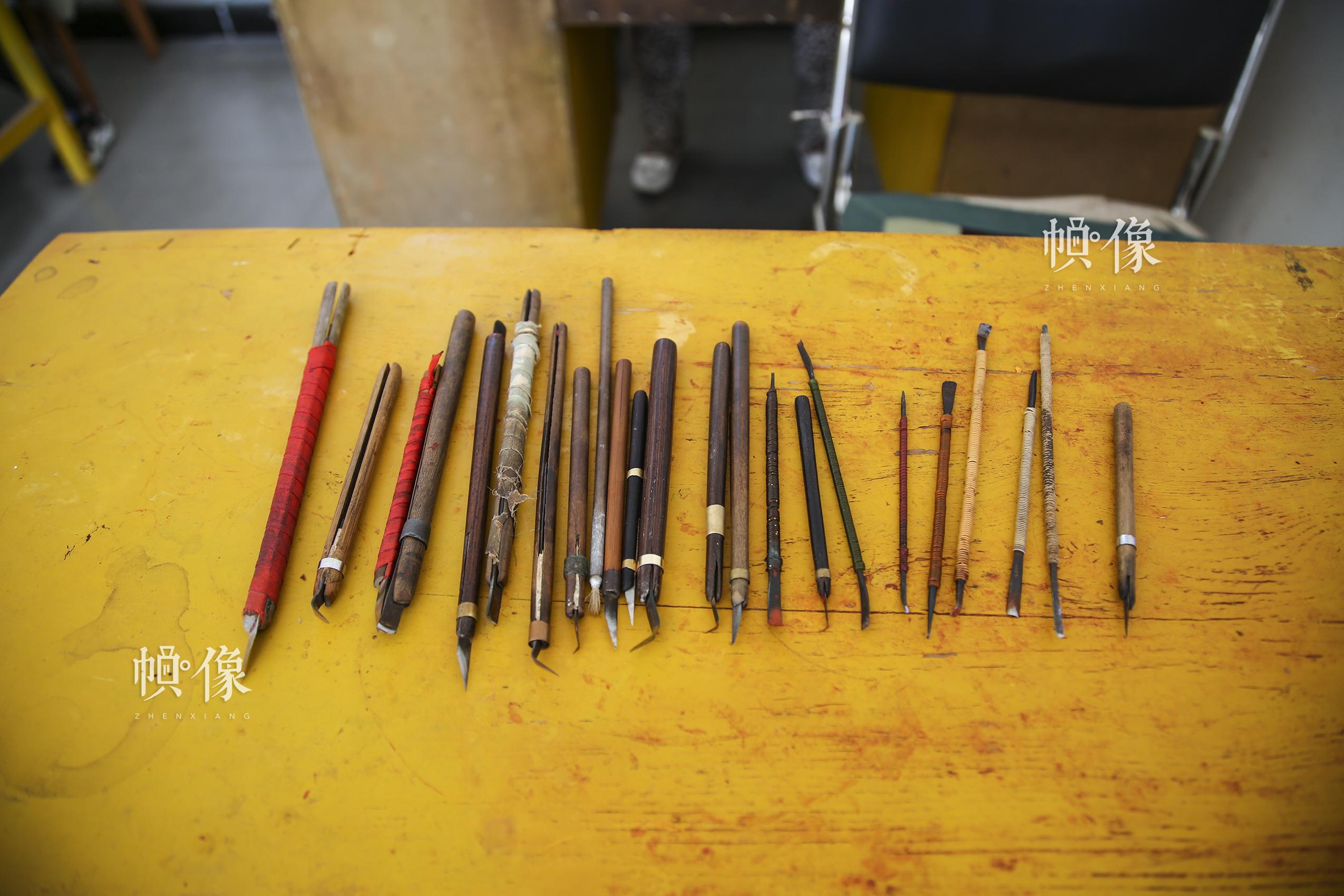 """2017年9月20日,""""明古斋""""雕漆工厂车间,用于制作雕漆的部分工具。中国网记者 黄富友 摄"""