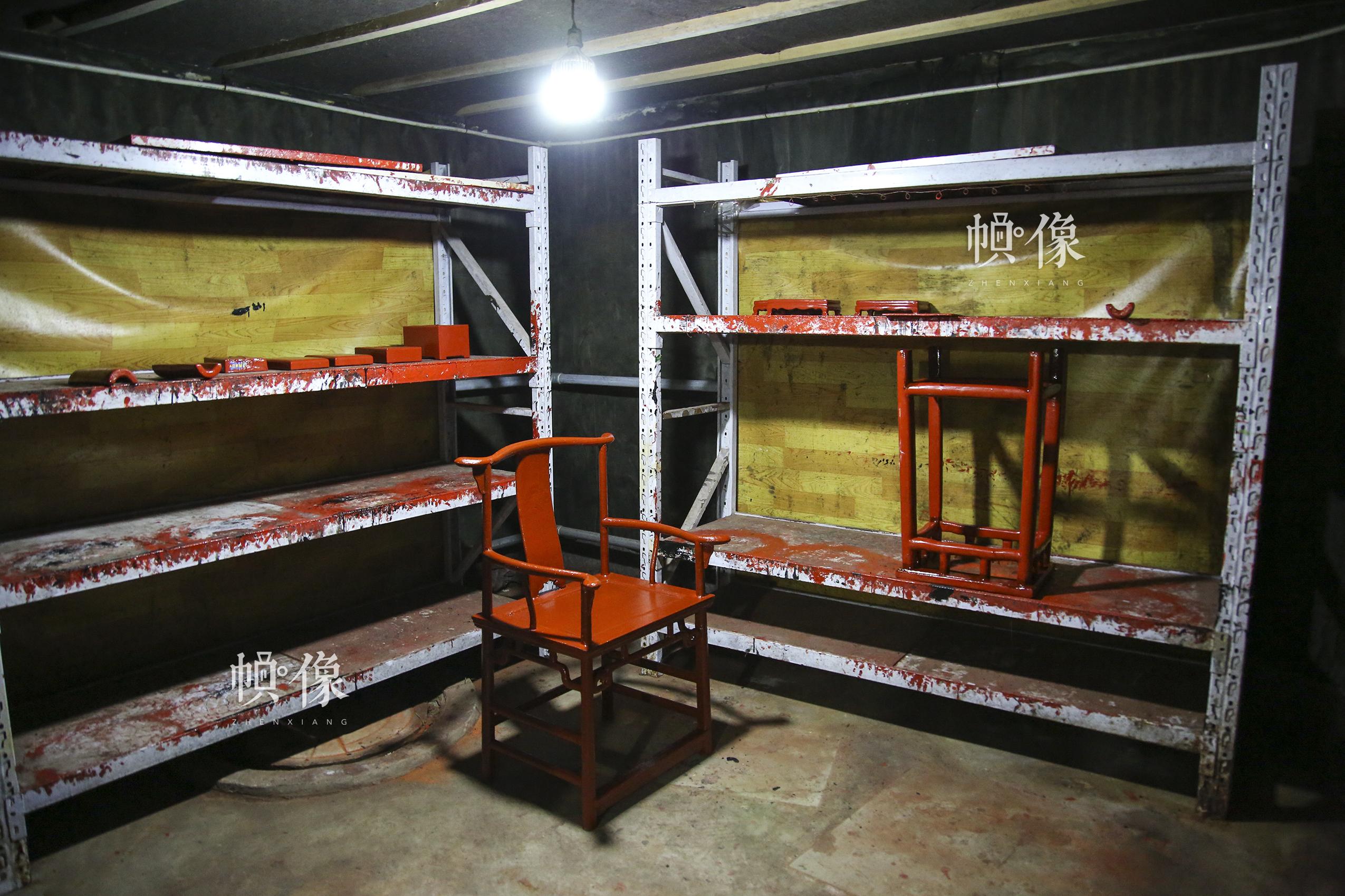 """2017年9月20日,""""明古斋""""雕漆工厂车间,杨之新和同事将上漆后的椅子放在窨房里。中国网记者 黄富友 摄"""