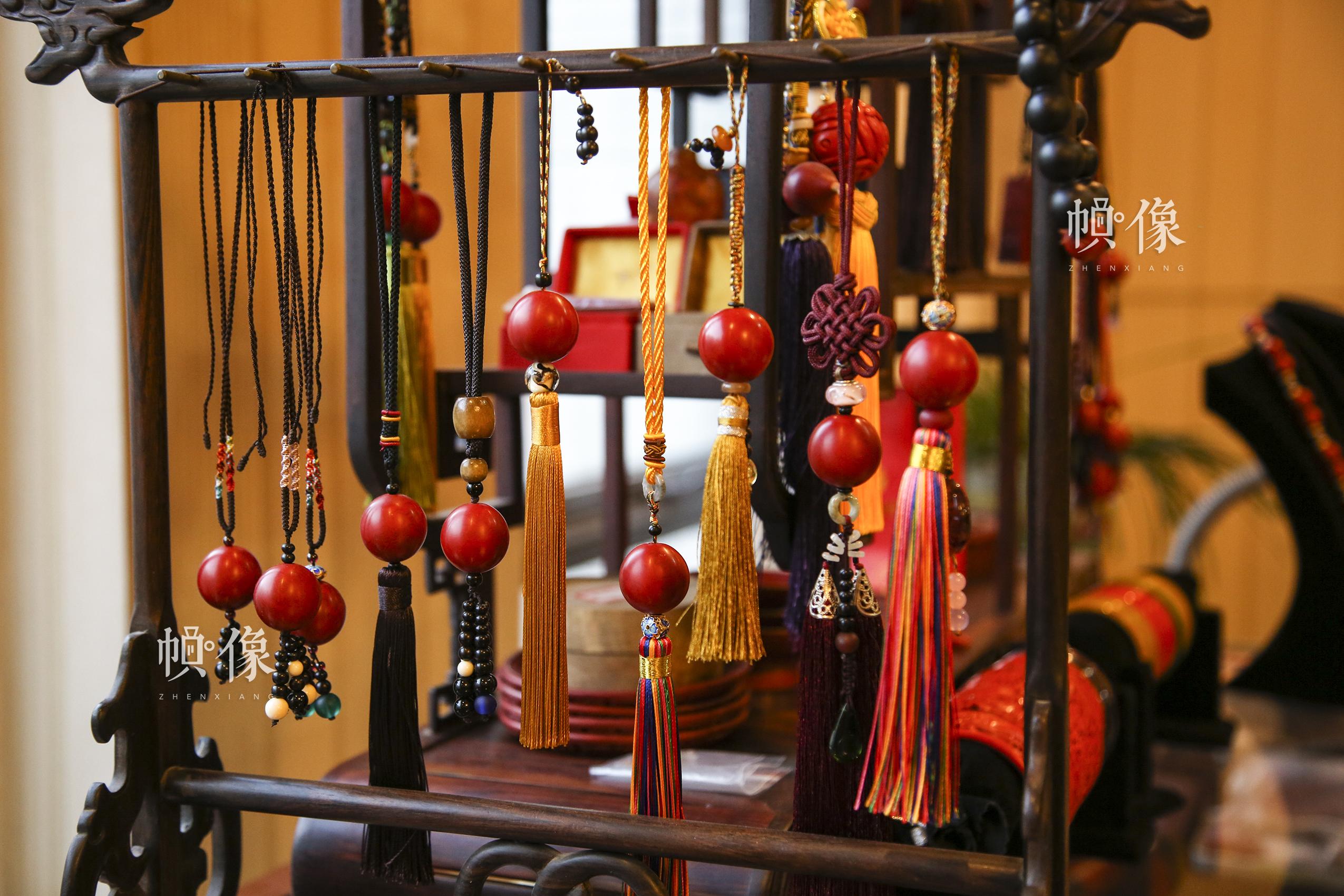 2017年9月20日,垡头工美聚艺园区,北京工艺美术雕漆大师杨之新制作的雕漆成品。中国网记者 黄富友 摄