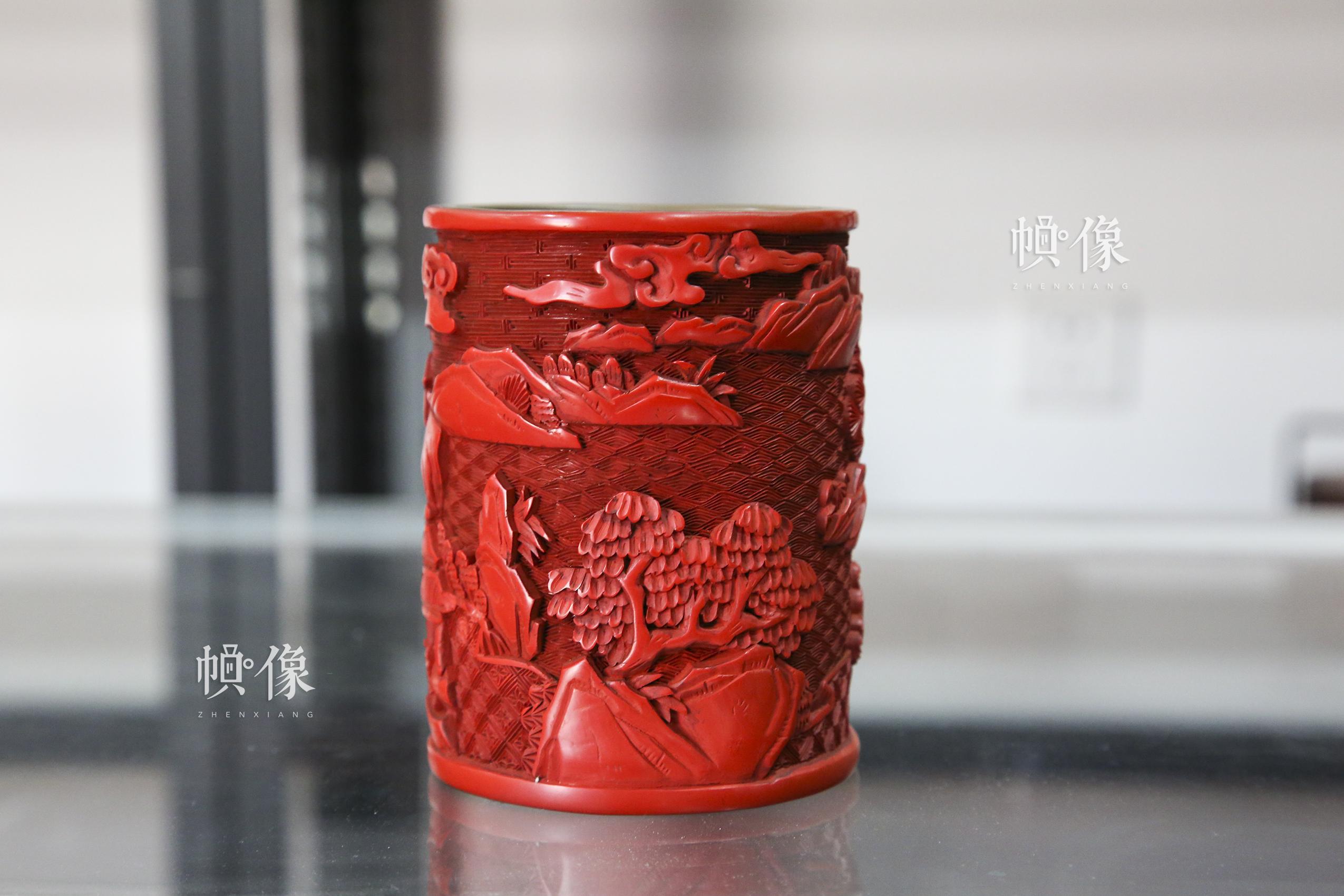 2017年9月20日,昌平雕漆制作工厂,北京工艺美术雕漆大师杨之新制作的雕漆丹凤朝阳笔筒。中国网记者 黄富友 摄