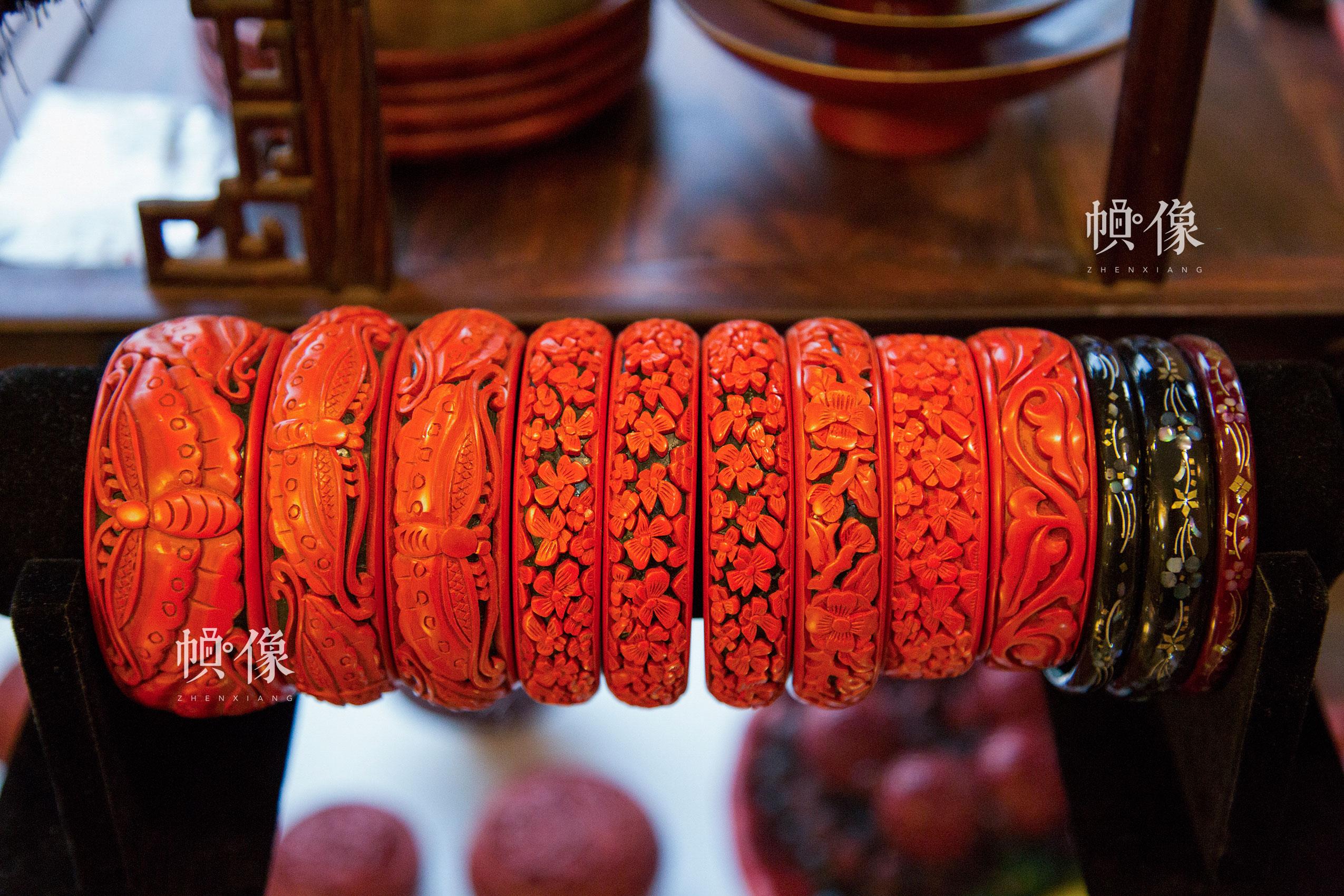 2017年9月20日,垡头工美聚艺园区,北京工艺美术雕漆大师杨之新制作的雕漆手镯成品。中国网记者 黄富友 摄