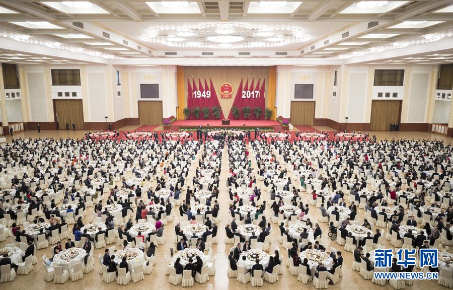 习近平等党和国家领导人出席国庆招待会图片