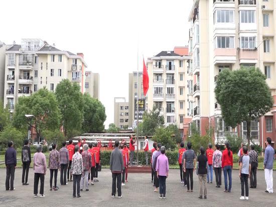 2017年9月29日,上海市奉贤区奉浦乐康苑小区,居民自发升国旗。 视频截图
