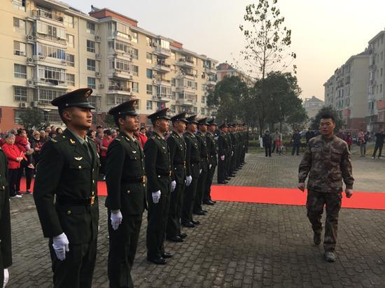 2017年夏,部队官兵到乐康苑小区,指导志愿者怎么规范升国旗。 蒋帅 供图