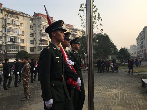 部队官兵指导志愿者怎么规范升国旗。 蒋帅 供图