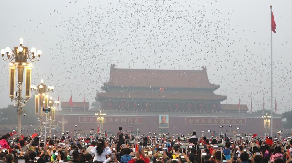 数万民众在天安门广场观看国庆升旗仪式