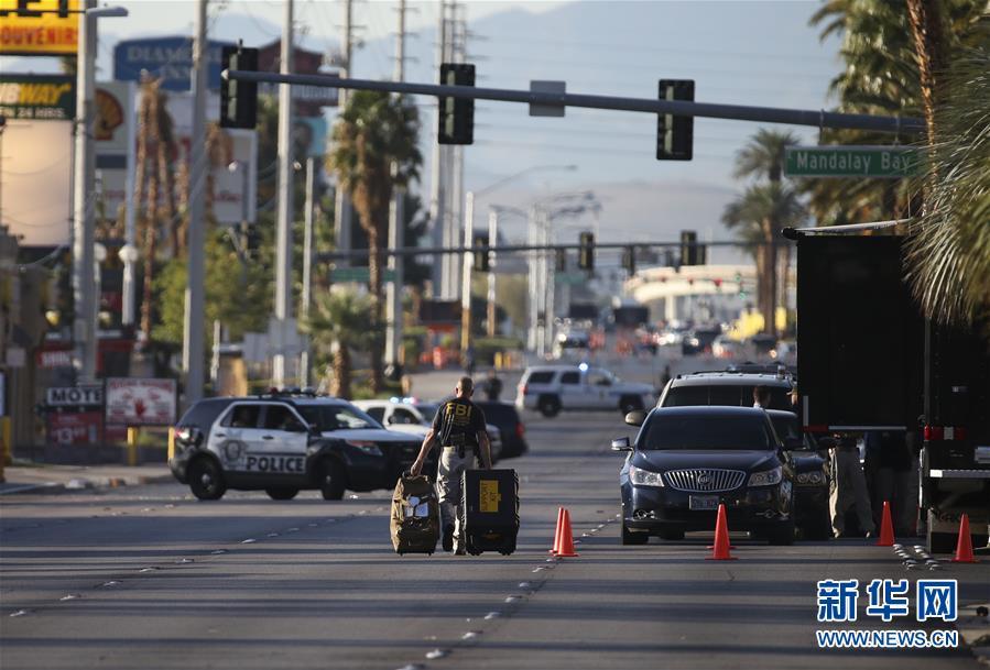 10月3日,在美国拉斯维加斯,调查人员走在枪击事件现场周边的街道。