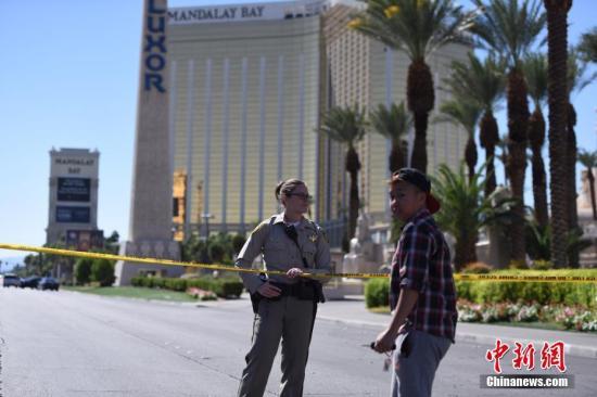 2日,警方在酒店四周拉起警戒线,警车和全副武装的警察严阵以待,不少媒体记者和游客也聚集于此。 <a target='_blank' href='http://www.chinanews.com/'><p align=