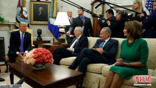 资料图片:美国参议院多数党领袖麦康奈尔、参议院少数党领袖舒默和众议院少数党领袖佩洛西在白宫会见美国总统特朗普。