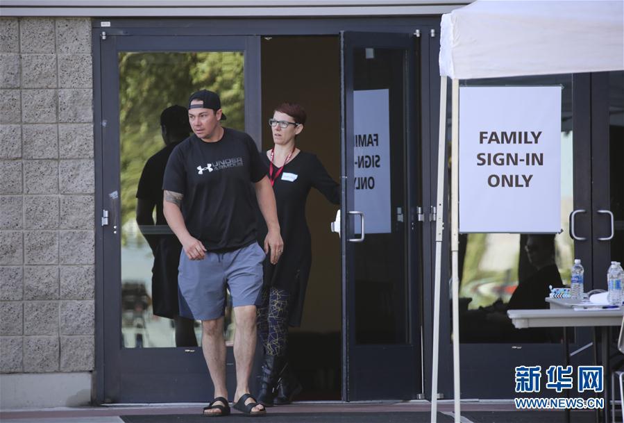 """10月3日,在美国拉斯维加斯,一名男子走出专门为枪击事件设立的""""寻人中心""""。"""