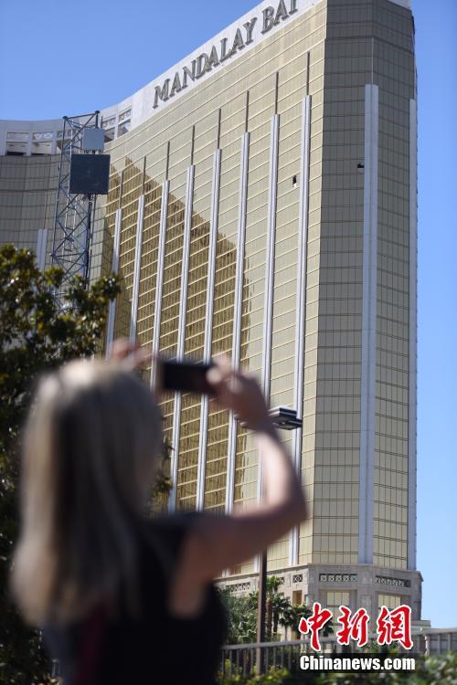"""很多当地民众和外国游客4日来到这里,举着手机拍下这两个""""夺命窗口""""。"""