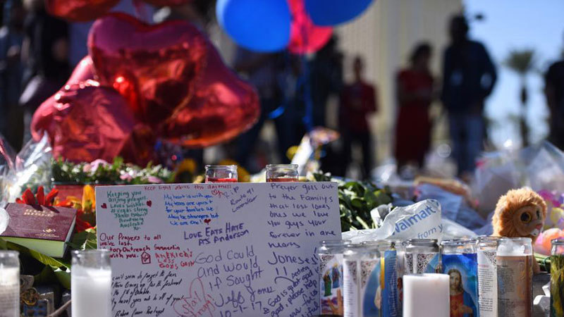 悼念拉斯维加斯枪击事件遇难者祭品堆满街头