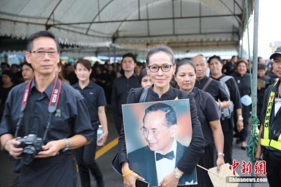 10月5日是开放泰国民众进入曼谷大王宫瞻仰祭拜已故普密蓬国王遗体的截止日,当天仍有大批各地民众赶来进行最后的瞻仰祭拜。。 <a target='_blank' href='http://www.chinanews.com/'><p align=
