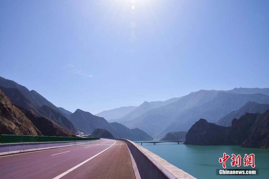 中国唯一撒拉族自治县通高速公路 沿线风景如画