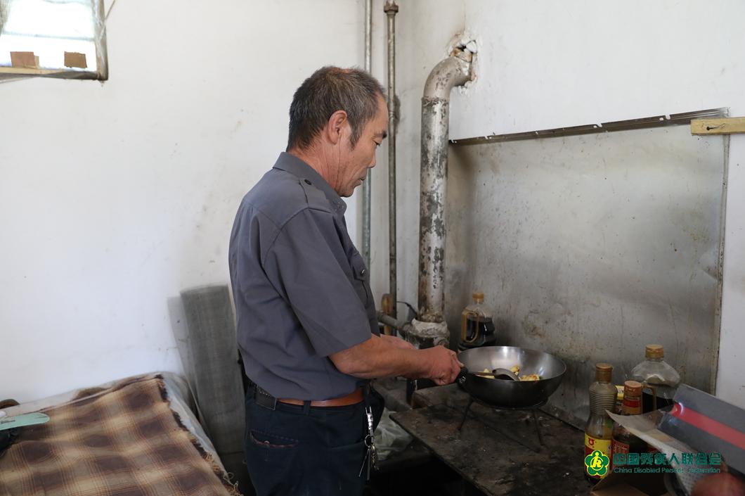 由於在林場交通不便,許多同事中午都在崗位上吃飯,臨近中午,老楊暫時放下手頭的工作,開始為大夥兒燒水、炒菜,準備午飯。
