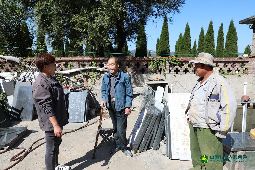 同事們和楊玉坤相處的就像一家人一樣,工作之餘,大家經常在一起啦啦家常,對老楊的工作生活非常關心。