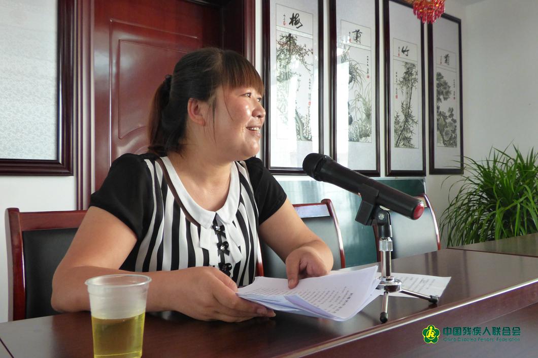 2015年底賀小絨為殘疾人技能培訓班上講話發言。