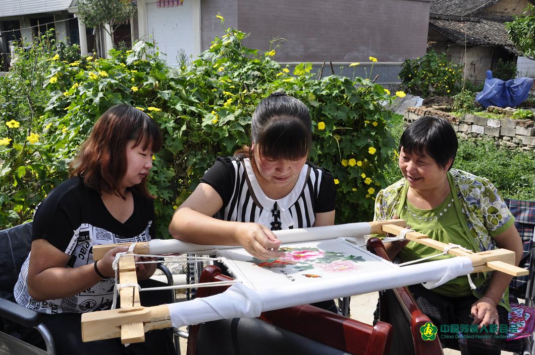 2015年夏天賀小絨教授殘疾人一起繡花