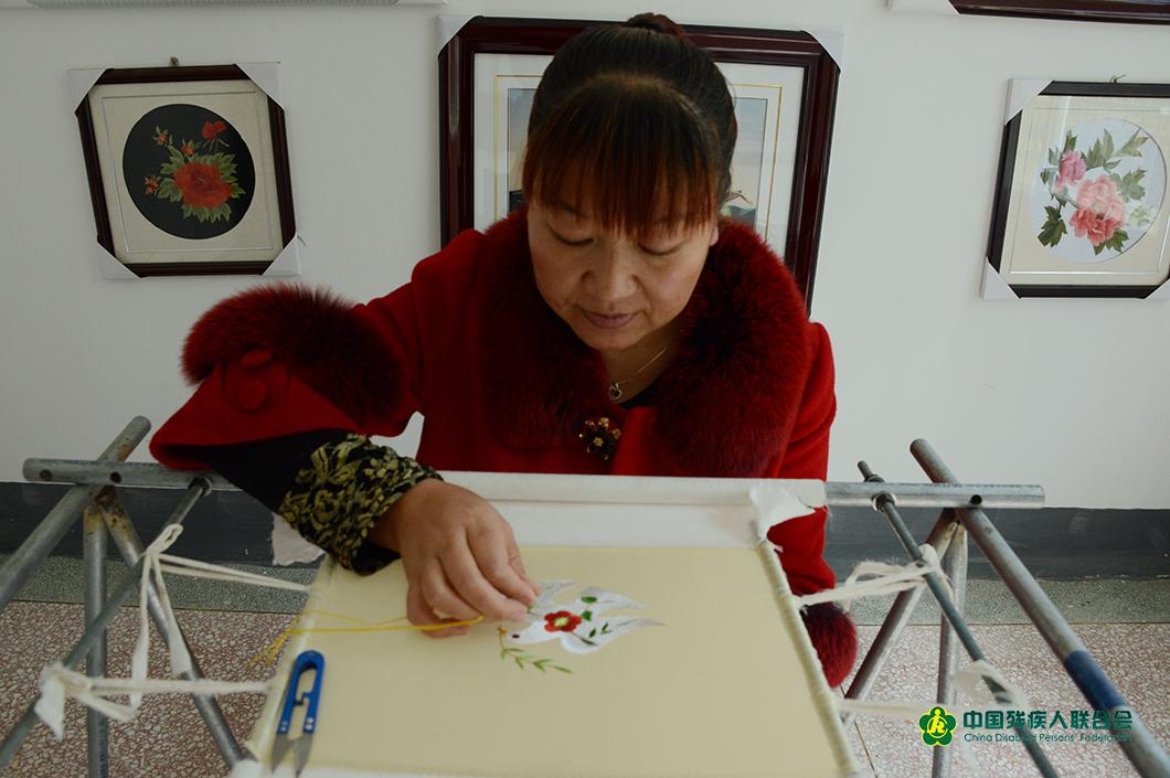 2016年冬天賀小絨在自己的工作室內聚精會神的創作中