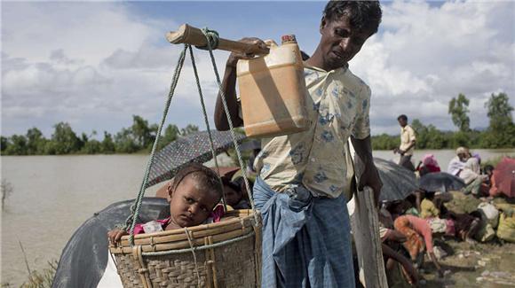罗兴亚难民湿身渡河逃至孟加拉国 背老人挑小孩历经艰辛