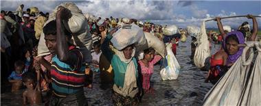 罗兴亚难民湿身渡河逃至孟加拉国