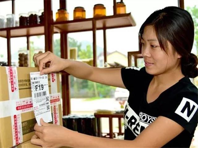 从2012年到2016年,中国网络零售额从1.3万亿元猛增到5.2万亿元。中新社记者 刘明祥 摄