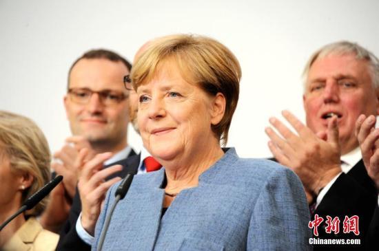 当地时间9月24日18时,2017年德国联邦议院选举正式结束投票。根据德国电视一台当晚21时50分公布的最新出口民调,默克尔领导的联盟党获得了33%的选票,使其保持了国会第一大党的位置,也使得默克尔开启其第四个总理任期理论上只是时间问题。图为默克尔当晚在基民盟选举集会上发言。<a target='_blank' href=''><ppictext